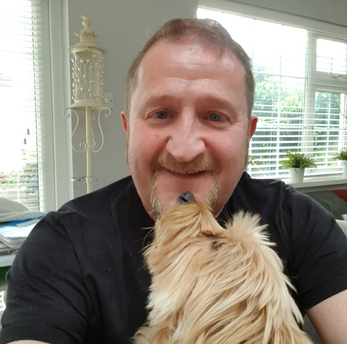 Foto de Marc Power junto a su perro