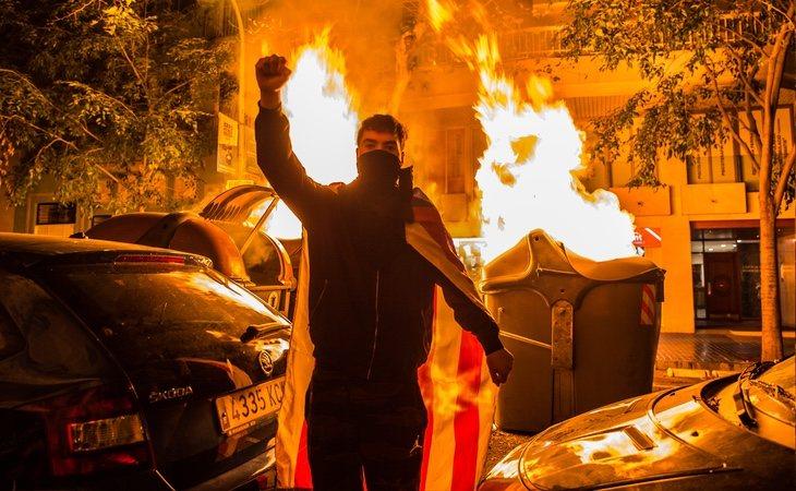 Las protestas violentas en Barcelona son el mejor revulsivo para Santiago Abascal a menos de un mes de las elecciones