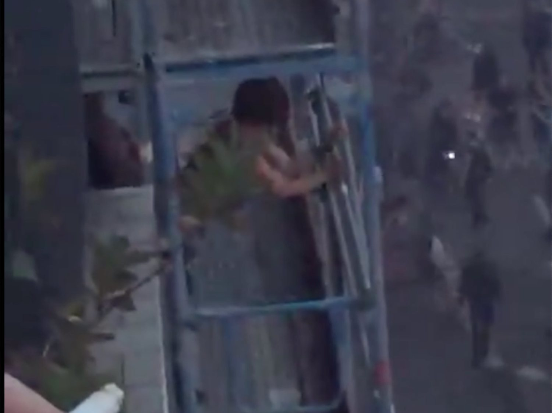 El vídeo de dos personas teniendo sexo sobre un andamio entre disturbios no es de Barcelona