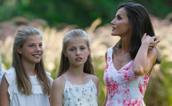 Pese a que se le permitiría verlas, la actual reina consorte de España perdería todo derecho a mantener y vivir con sus hijas, la princesa Leonor y la infanta Cristina