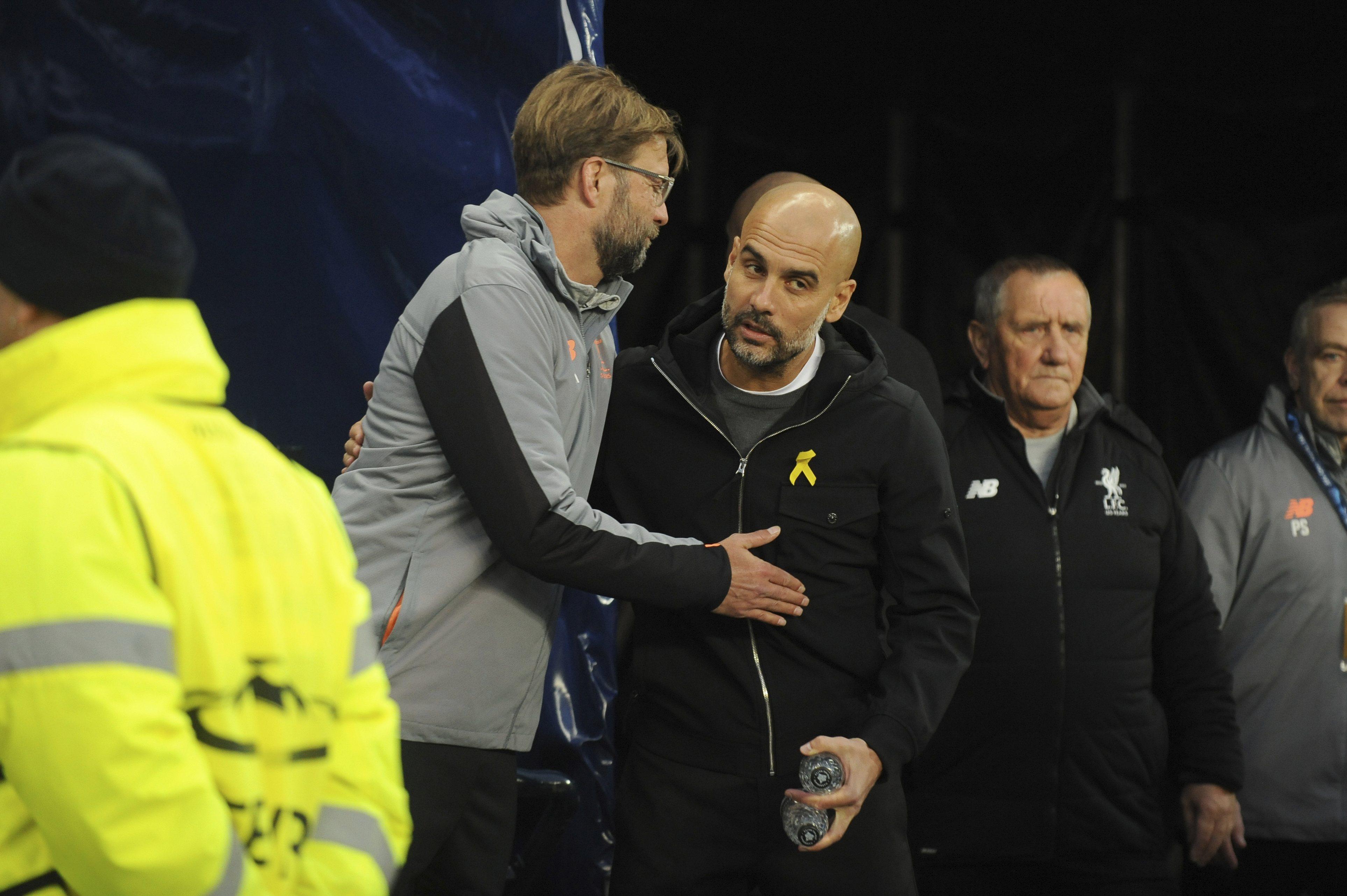 Pep Guardiola llevando el lazo amarillo durante un partido del Manchester City, a pesar de la sanción de la Federación Inglesa