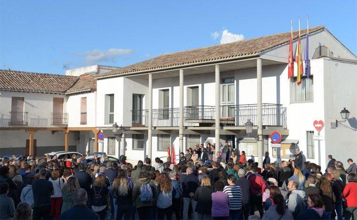 Manifestación convocada ante el Ayuntamiento de Valdemoro, donde centenares de personas se reunieron tras lo ocurrido