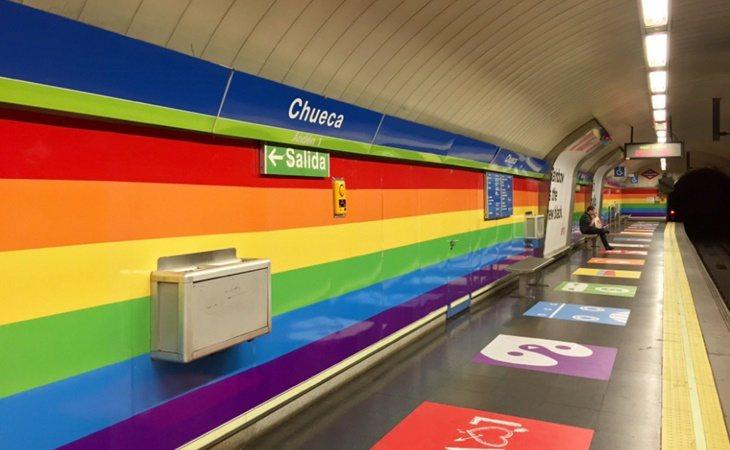 La estación de Chueca con la bandera arcoiris