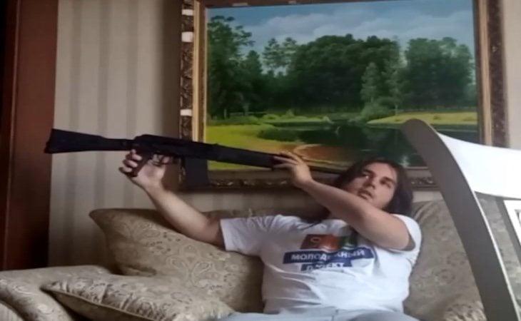 Fotograma en el que Gleb Korablev sostiene el arma antes de acabar con su vida
