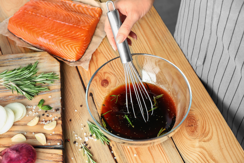 Preparación de un marinado con salsa teriyaki