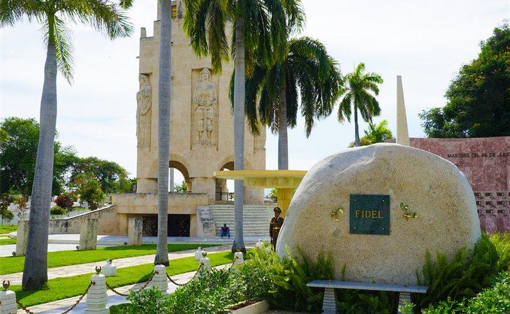 Una gran piedra de la Sierra Maestra es ahora la tumba de Fidel Castro en el cementerio de Santa Ifigenia (Santiago de Cuba)
