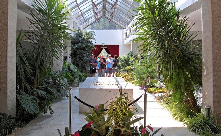 Tito, dirigente yugoslavo, fue enterrado en un mauseleo ubicado en la Casa de las Flores, Belgrado (Serbia) y es hoy en día un lugar de peregrinación