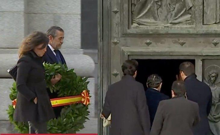 La familia Franco entra en el Valle de los Caídos. Posteriormente se cerrará la puerta y volverán a salir con el féretro