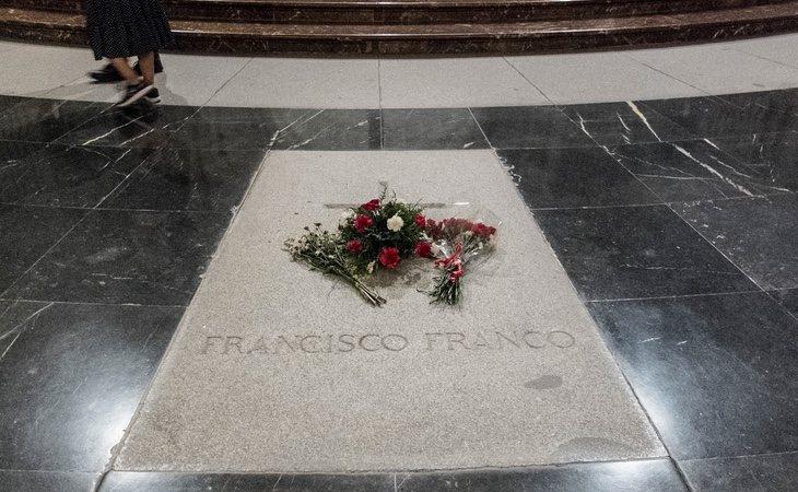 La lápida de Franco acaba de ser retirada sin incidencias, según el Gobierno