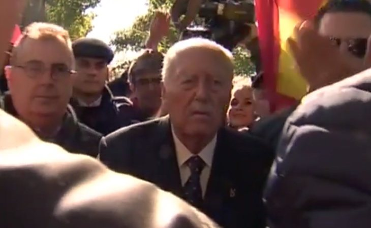El golpista Tejero llega a la concentración franquista de Mingorrubio y es recibido con aplausos