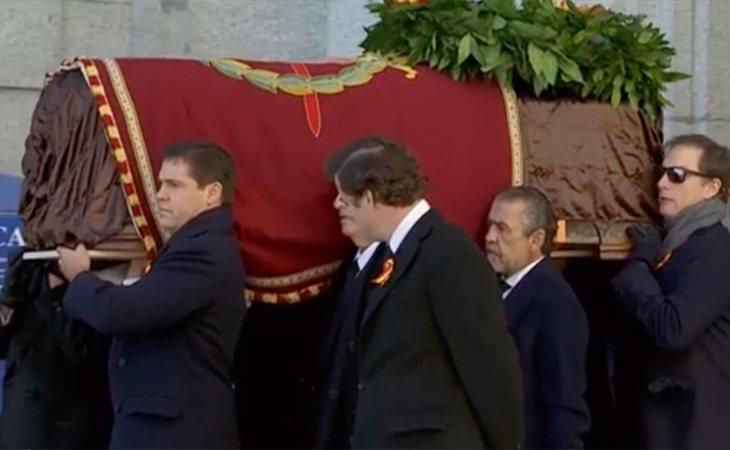 Sale a hombros el féretro de Franco del Valle de los Caídos