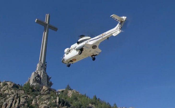 Los restos de Franco ya viajan en helicóptero del Valle de los Caídos al cementerio de Mingorrubio