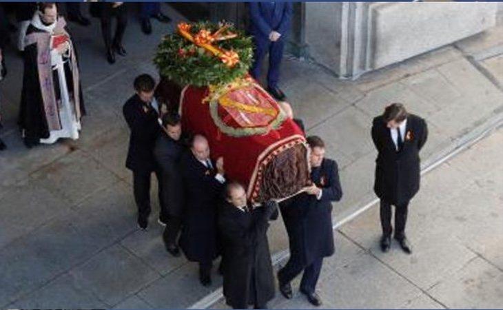 La bandera que cubría los restos de Franco está adornada con la Cruz Laureada de San Fernando, que se utiliza para premiar