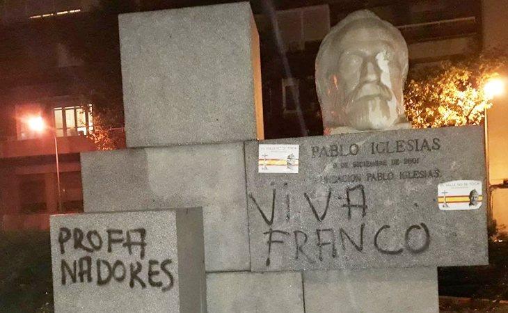 El busto de Pablo Iglesias, fundador del PSOE, aparece con pintadas de