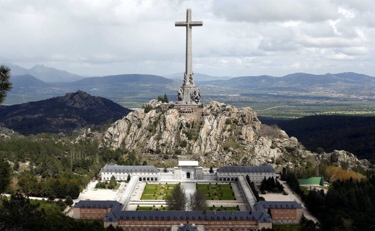 Identificados y atendidos por hipotermia dos franquistas por subirse a un risco del Valle de los Caídos con banderas franquistas