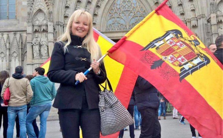 Carlota Sales I Llop, portando una bandera del régimen franquista