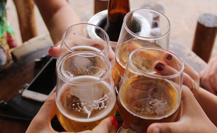 Grupo de amigos disfrutando de unas cervezas