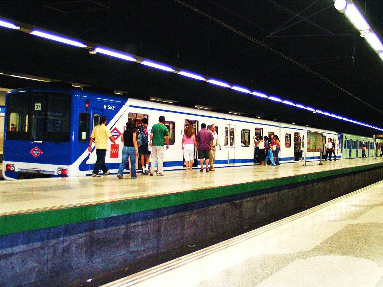La angustiosa caída de una joven a las vías del Metro de Madrid por ir mirando el móvil