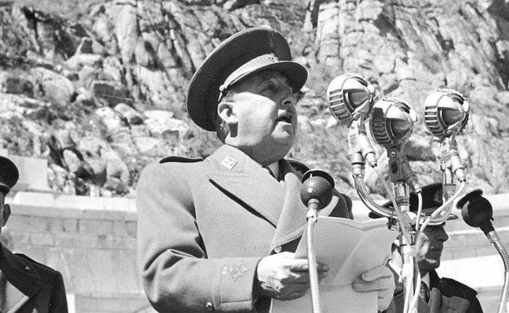 Franco pronuncia un discurso durante la inauguración del Valle en 1958
