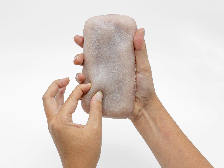 Lanzan la primera funda hecha con piel humana falsa que responde a estímulos sensoriales