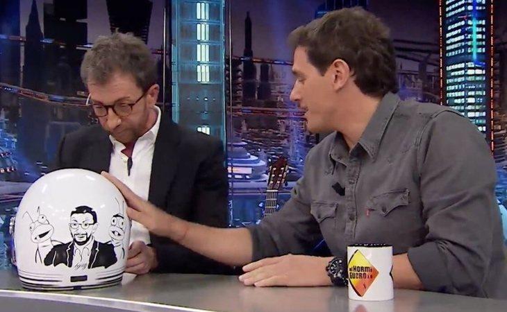 Albert Rivera regalándole un casco a Pablo Motos en 'El hormiguero'