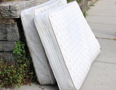 El misterio de los 9.100 colchones que han aparecido tirados en las calles de Torrevieja