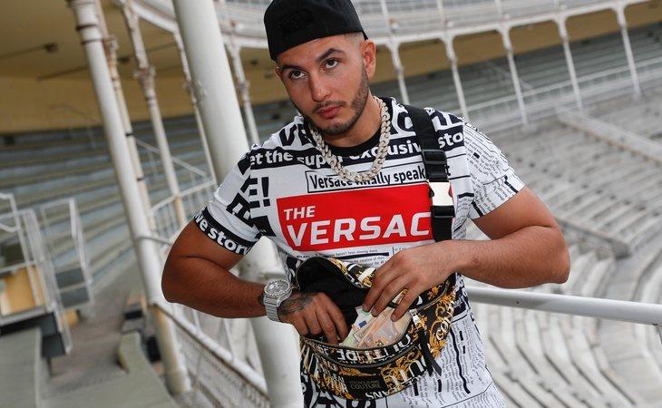 Omar Montes con su riñonera llena de dinero