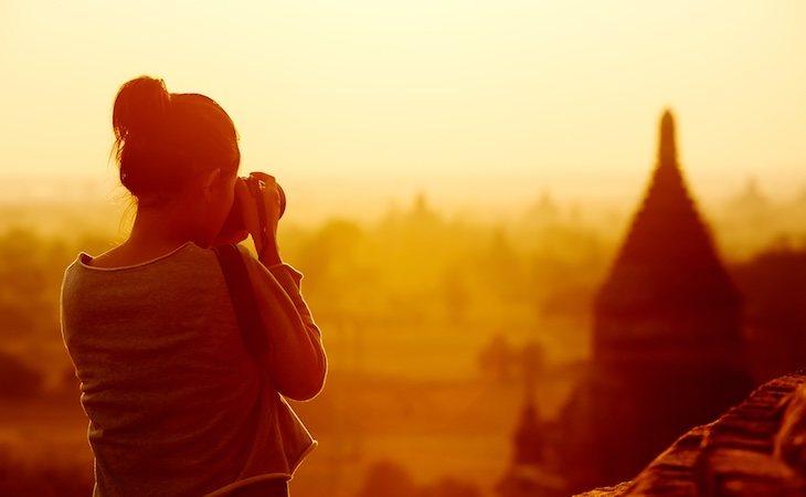 Viajera fotografiando los templos de Bangan Myanmar en Asia