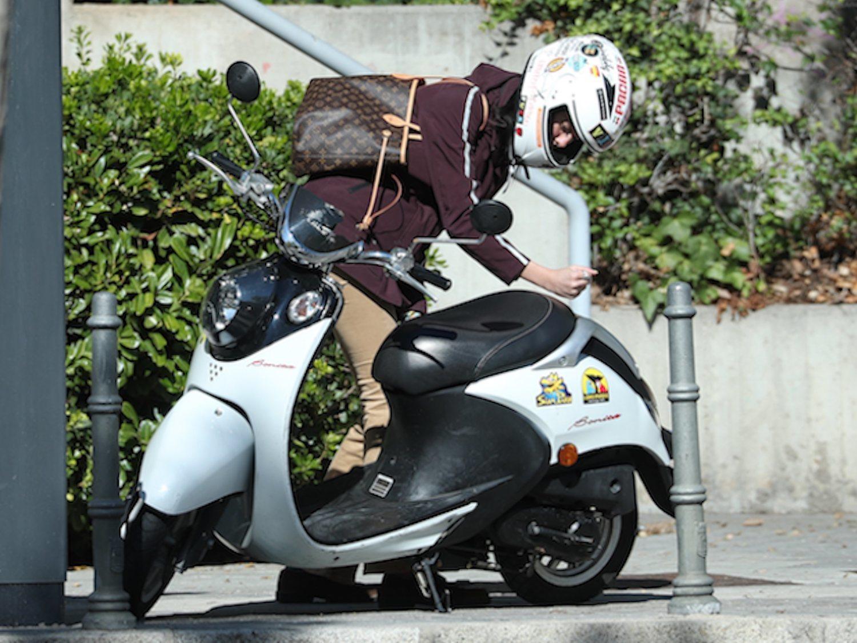 La moto 'low cost' de Victoria Federica cuesta lo mismo que su bolso de lujo: 1.000 euros