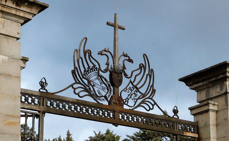 La crestería que preside la entrada al reciento de la basílica del Valle de los Caídos, símbolo del franquismo