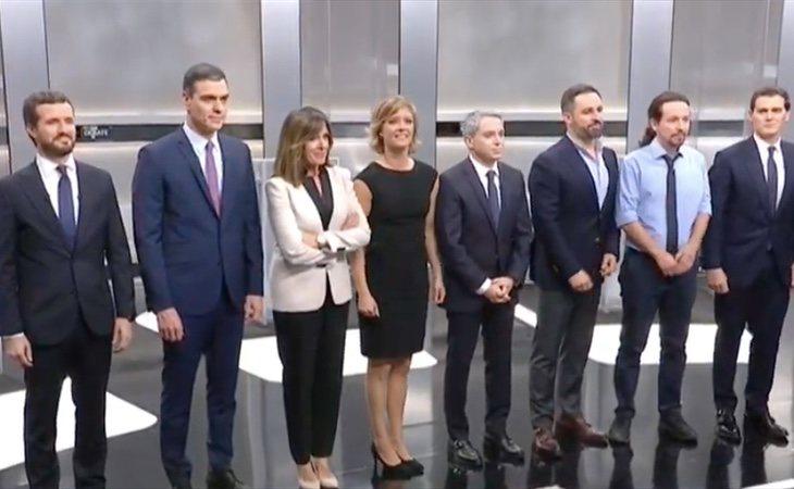 Los candidatos se fotografían en el plató, a punto de tomar su posición en los atriles para comenzar el debate