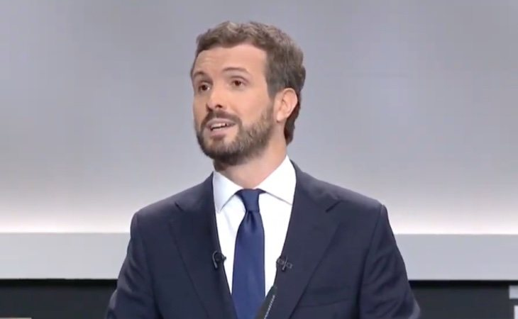 Pablo Casado inicia el debate mencionando la violencia de género y a la última víctima de esta lacra. También pide el
