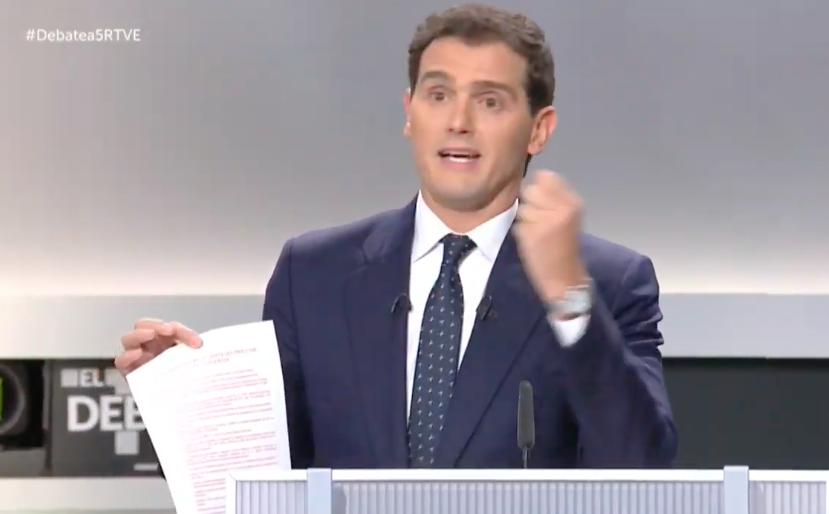 Rivera continua con su performance. Ahora muestra un listado interminable de competencias que PP y PSOE han cedido a Cataluña