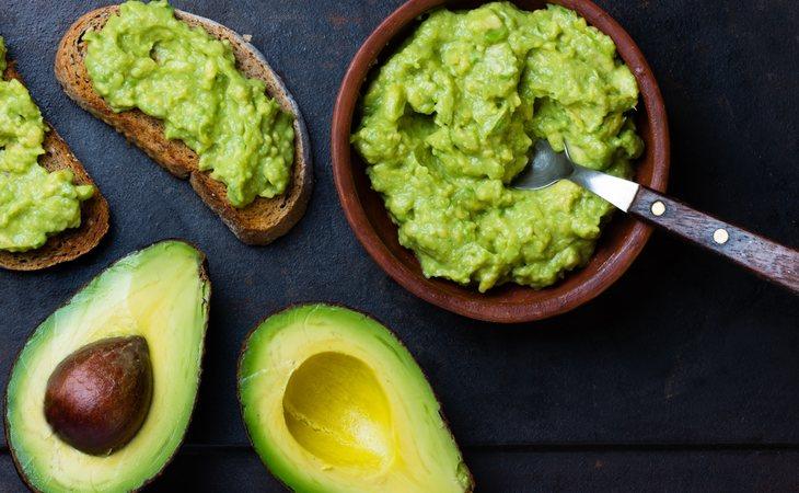 El guacamole es una de las salsas que más de moda se han puesto recientemente, sin embargo, hay que estudiar bien la etiqueta nutricional de la marca que nos lo vende, porque podría tener un bajo contenido en aguacates