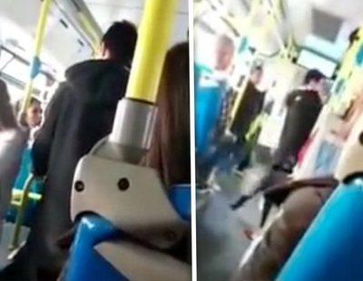 """Golpean a una mujer latina en un autobús de Madrid sin que nadie actúe: """"Vete a tu puto país"""""""