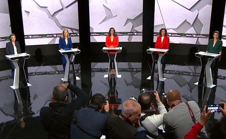 Las candidatas ya están colocadas en sus atriles para comenzar el debate final