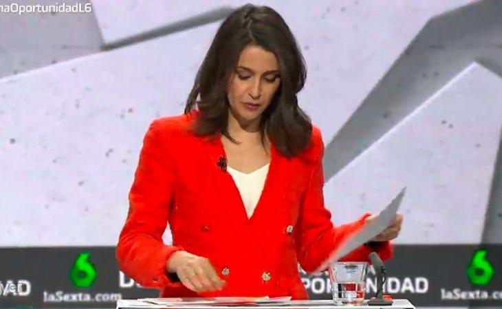 Inés Arrimadas comienza atacando al PSOE y sacando merchandaising