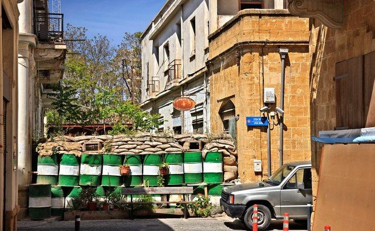 Los muros en Nicosia emergen en cualquier intersección y dejan zonas completamente abandonadas