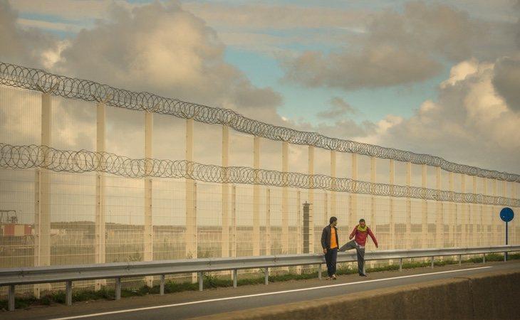 El muro de Calais bloquea el acceso desde un campo de refugiados situado dentro de su término municipal