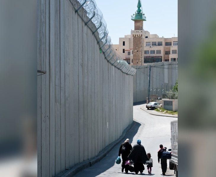 El barrio de Abu Dis y el Jerusalén se encuentran completamente separados por un muro de grandes dimensiones