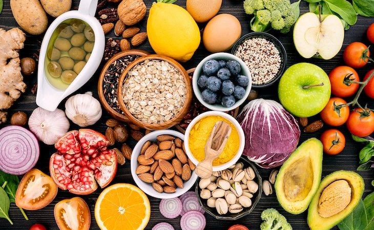 Se recomienda seguir una dieta rica en fibra, frutas y vegetales