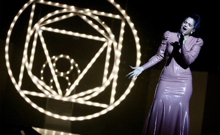 Rosalía sobre el escenario de Los 40 Music Awards