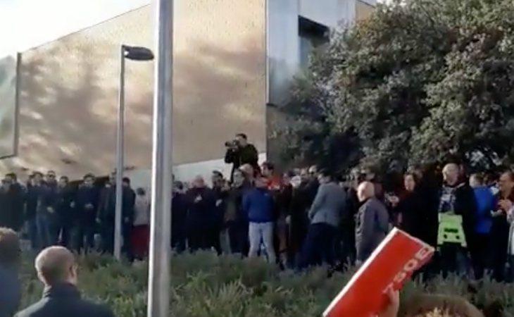 Pedro Sánchez ha sido recibido en el colegio electoral entre abucheos y gritos de