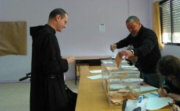 El prior del Valle de los Caídos ha acudido a votar acompañado de una docena de monjes benedictinos