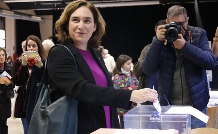 Ada Colau, alcaldesa de Barcelona, vota y advierte del
