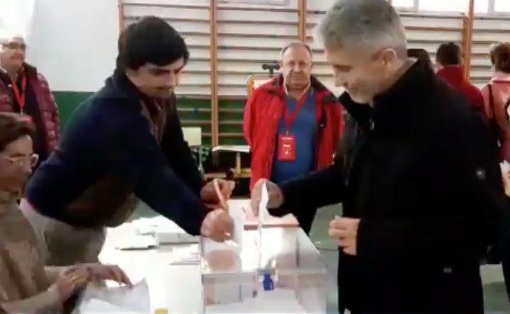 El ministro en funciones Fernando Grande-Marlaska vota con