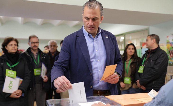 '¡Por España!': El grito Javier Ortega Smith (VOX) cuando ha depositado su voto en la urna