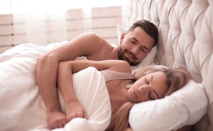 Los estudios afirman que los hombres tienden a tener relaciones con su pareja mientras que las mujeres suelen masturbarse