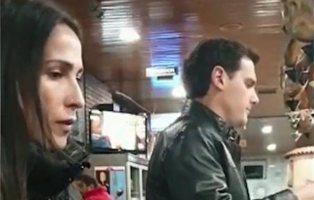Sorprenden a Albert Rivera y Malú en un bar de carretera tras la dimisión