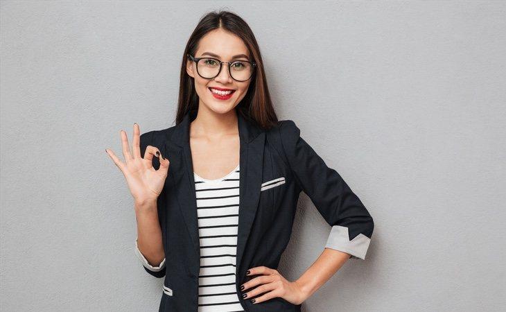 Varias empresas japonesas prohíben el uso de gafas a sus trabajadoras